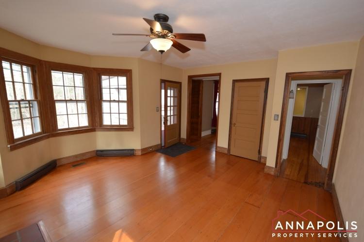 307 Old County Road-Family room bn.JPG