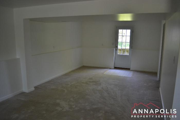 1661 Sham Court -family room b.jpg