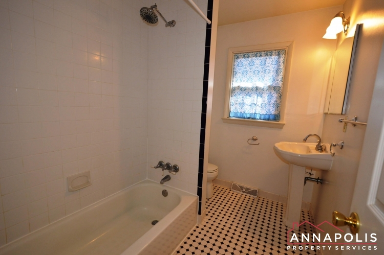 423 Hillsmere Drive -Lower bath an.JPG