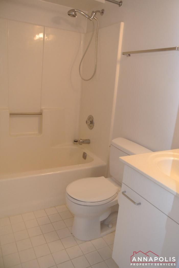 2106E  Chesapeake Harbour -bathroom 2b.JPG