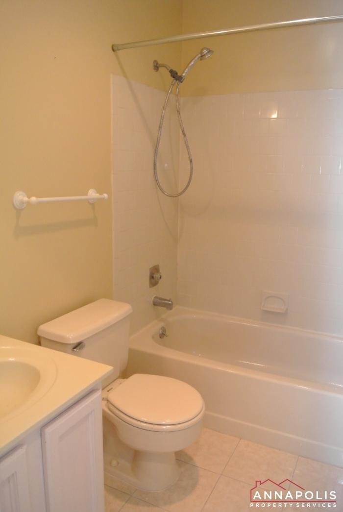 12 Belvedere Court-Main bath b.JPG