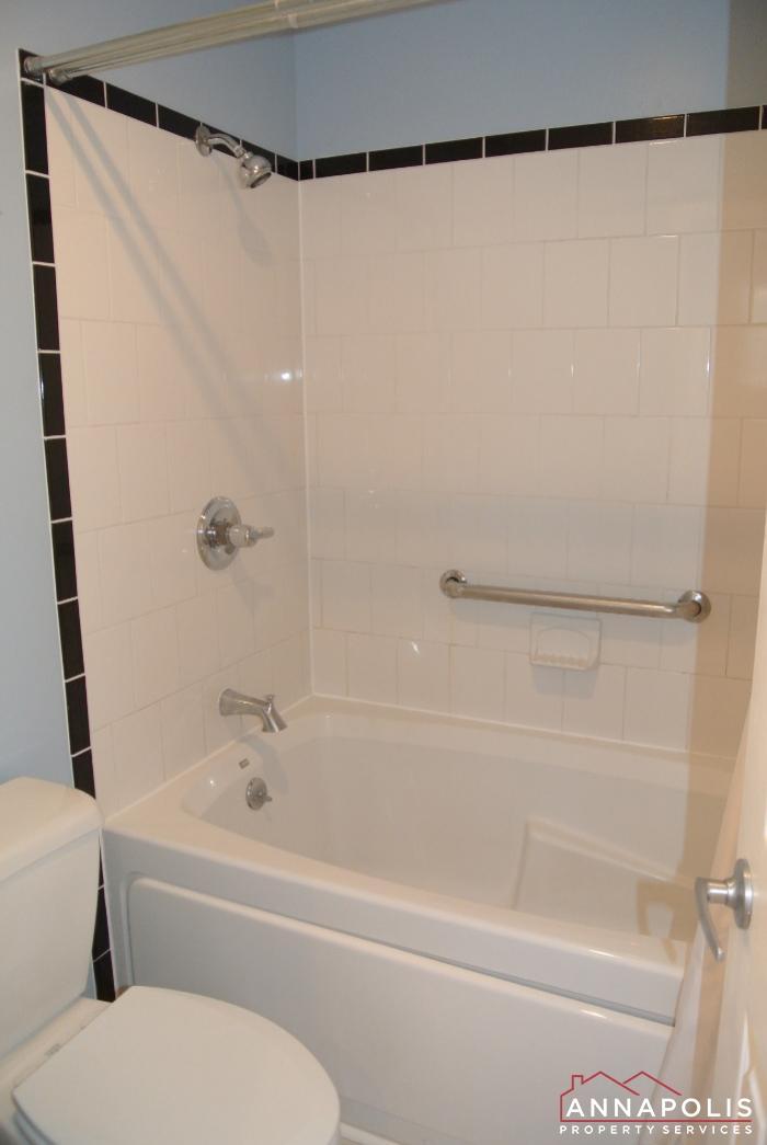 12 Belvedere Court-master tub.JPG