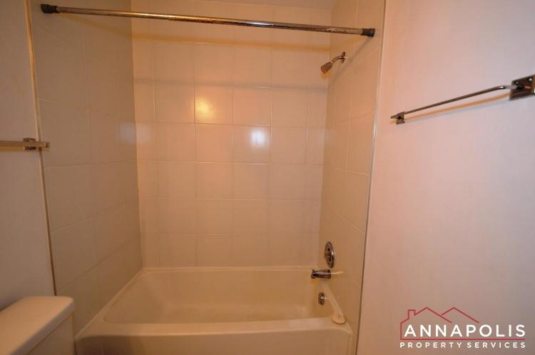 988 Breakwater Drive-Main bath bnn.JPG