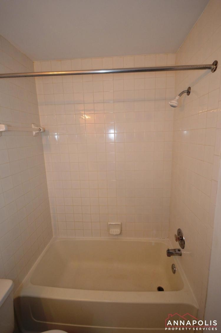 988 Breakwater Drive-Master bath cnn.JPG