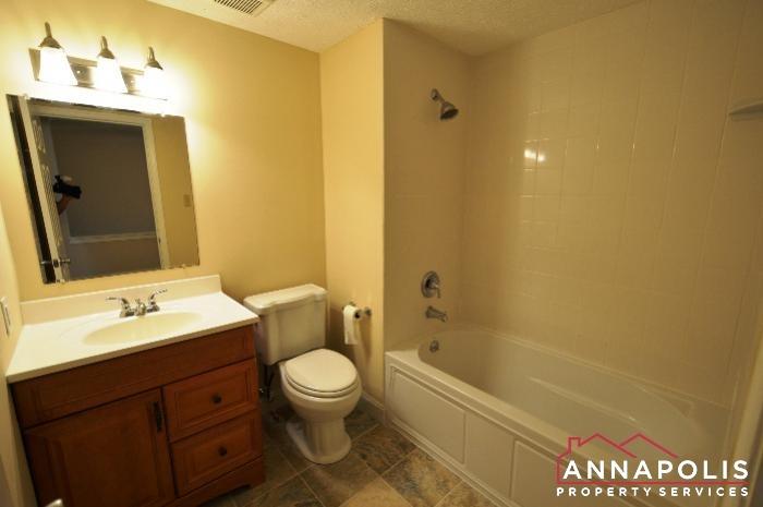 483 Ruffian Court-main bath.JPG