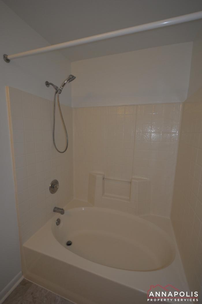 40E Hearthstone Ct-master tub.JPG