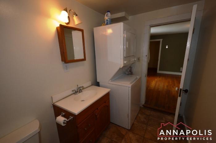 241 Hanover St -main bath b.JPG
