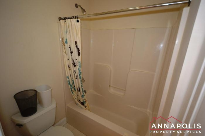 1013 Tyler Ave-Main bath b.JPG