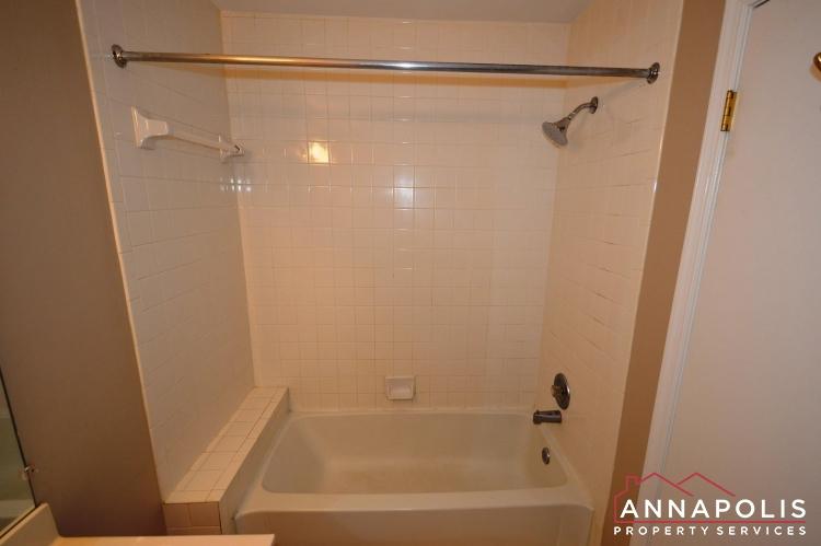 914 Breakwater Drive-Master tub.JPG