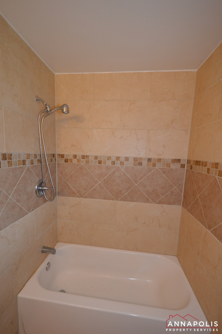 531 Bruce Ave-Bathroom b.JPG